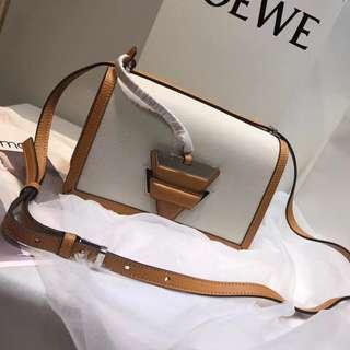 Loewe 最新平纹配荔枝纹三角包