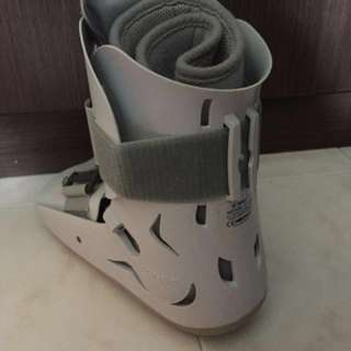 Orthopedic walking boot