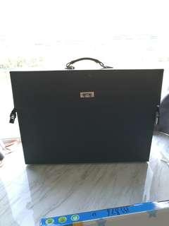 黑色皮革手提箱