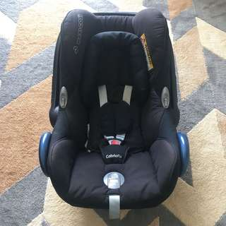 Preloved Maxi Cosi Cabriofix Carrier/Carseat