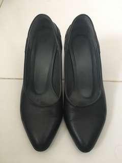 Heels hitam (kulit)