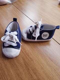 🚚 男女寶防滑學步藍色休閒鞋,底11公分,穿5次內,沒踩過地,狀況好