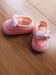 女寶防滑學步粉橘蝴蝶花邊刺繡休閒鞋,底12公分,穿不到五次,沒踩過地,狀況保持極新,朋友從韓國買回