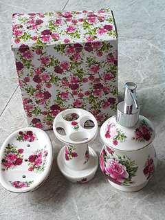Beautiful toilet decor set 1 last set! Get it this RAYA!! To beautify your home