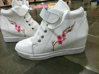 Sepatu booth bunga