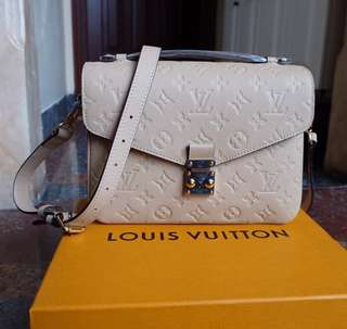 Like new LV Methis creme