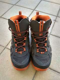 迪卡濃登山鞋