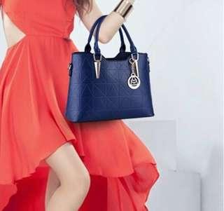 深藍色設計款硬版隔層大容量包包