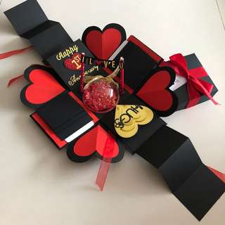 Explosion box with personalised photo shaker, 8 waterfall in black , red & gold