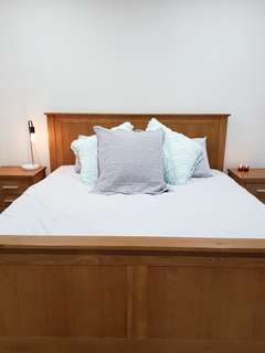 King size bed and 2x matching beside tables / drawers