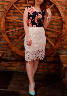 Flower crop top & lace white skirt
