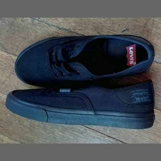 NEW & AUTH LEVI'S SNEAKERS
