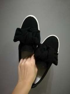 Black slip-on sneakers with ribbon