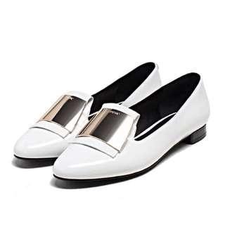 🚚 達芙妮時尚漆皮金屬造型低根鞋