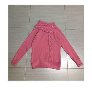 粉色斜領針織上衣