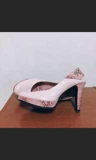 粉色蕾絲紋路高跟鞋