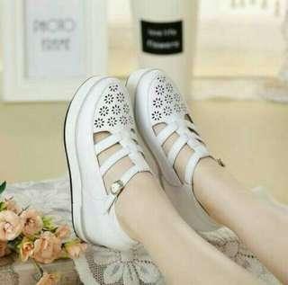 Sepatu wedges laser putih