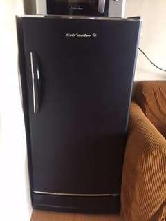 Kelvinator 5.7 cubic ft Scratchproof Black