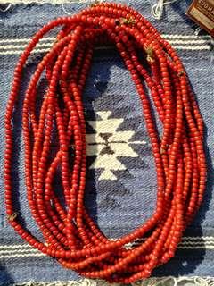 老料白芯紅琉璃珠 每粒約7.5-8mm 一般鹿皮繩可穿過 一串約120粒或以上 全手造,每粒琉璃珠內有氣泡,黑斑,每粒形狀不用,深血紅色,有裂縫,手造感和古舊感極濃 一串$450