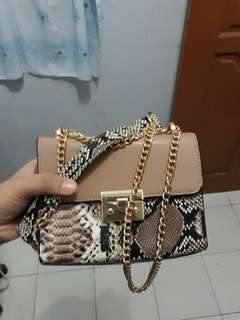 Tas charles and keith padlock (fake).