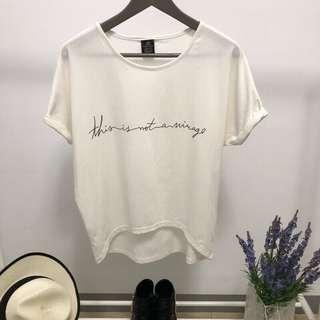 🚚 二手~草寫字母反折袖前短後長T恤