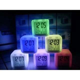 Jam weker alarm  Kubus Berubah 7 Warna Pengukur suhu HHM117