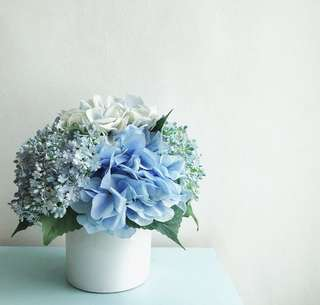 Mix blue flower arrangements for table display