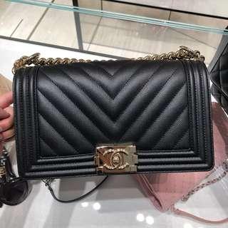 Chanel Boy 25cm 黑色荔枝皮山形紋金鍊