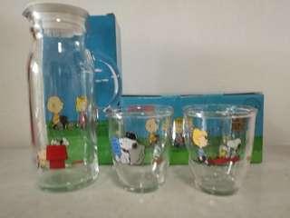 Pyrex sroopy Carafe and two Mug set.