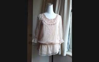 日本MICHEL KLEIN(MK) 粉膚 縫珠荷葉領雪紡衣