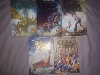 THE HEROES OF OLYMPUS TRILOGY : THE LOST HERO, THE SON OF NEPTUNE, THE MARK OF ATHENA, THE HOUSE OF HADES, THE BLOOD OF OLYMPUS ( 5 BOOKS ) - RICK RIORDAN