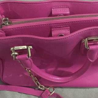 tas charles and keith color pink masih super bagus, dijual karna sudah tdk kepakai. Pokoknya gak nyesel