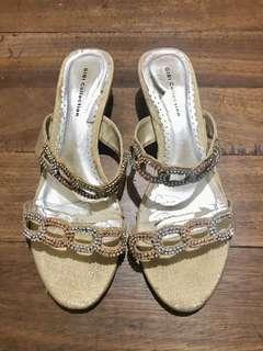 Elegant sandals with studs.
