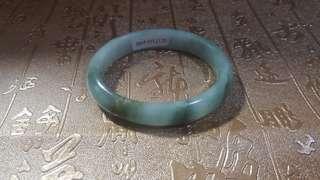天然翡翠貴妃 冰糯種 手鈪,內徑54.8mm,有石紋不刮手,有證書,超特價$400。