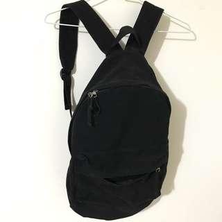 黑色素面後背包