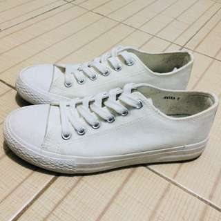 White sneakers / shoes (Gum sole)