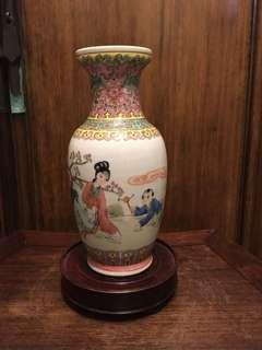六七十年代粉彩人物瓶(有冲)