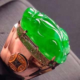 GZ-36批發價[色]:¥20990 【招財男士貔貅戒指,冰正陽綠】 色澤豔麗,大件通透,水潤細膩,完美無暇,18K金奢華鑽石鑲嵌,圈口19號