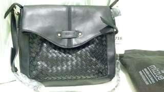 Mizzue shoulder bag with long strip