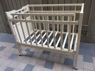 baby wooden crib with adjustable side