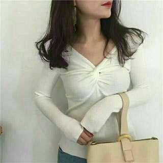 🚚 現貨 韓版chic風胸口性感扭結螺紋薄長袖上衣 白色