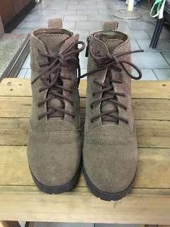 達芙妮 DAPHNE 麂皮短靴內增高 灰駝色23CM