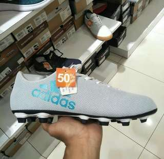Sepatu bola adidas