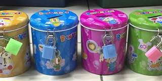 Coin bank with padlock