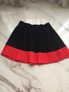 Pleated skirt red black combination