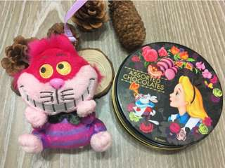 💝出清轉售價~二手私物❤️迪士尼 愛麗絲&妙妙貓 鐵盒 吊飾(再送桌曆)