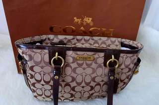 Coach Authentic. 2nd hand. Comes with dustbag and paper bag.