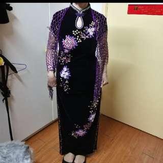 紫紅色絲絨旗袍,加送閃爍披肩,只穿過一天,高貴大方,做媽媽奶奶衫最適合。