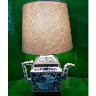 Old blue and white landscape teapot table lamp, with mahogany base, noble and generous. 旧青花山水茶壶型枱灯, 配红木底座、高贵大方