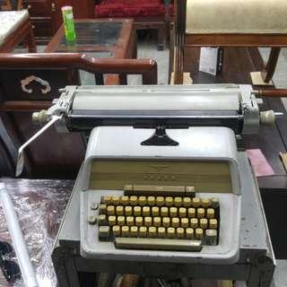 舊式打字機連檯